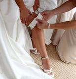 Sposa che mette su Gartar Fotografia Stock
