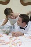 Sposa che offre un presente al suo marito fotografie stock