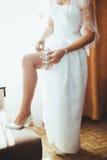 Sposa che ottiene pronta Bella sposa nel bianco Fotografia Stock