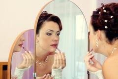 Sposa che ottiene pronta per la cerimonia nuziale Immagini Stock