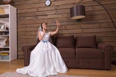 Sposa che parla dal telefono, esaminante fede nuziale immagine stock