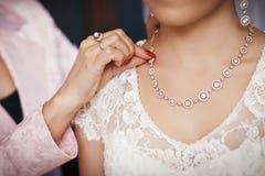 Sposa che prepara alla cerimonia di nozze Immagine Stock