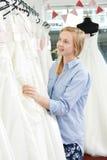 Sposa che sceglie vestito in boutique nuziale Fotografia Stock