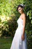 Sposa che si leva in piedi nel giardino Fotografia Stock