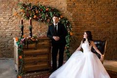 Sposa che si siede in una sedia di cuoio fotografia stock