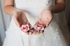 Sposa che tiene i fiori della damigella d'onore Immagini Stock Libere da Diritti
