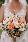 Sposa che tiene il mazzo di cerimonia nuziale immagini stock
