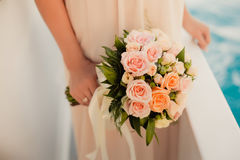 Sposa che tiene il mazzo di nozze Fotografia Stock Libera da Diritti