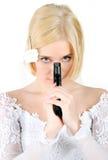 Sposa che tiene la pistola Immagini Stock Libere da Diritti