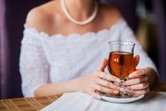 Sposa che tiene la tazza di tè Fotografia Stock