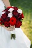 Sposa che tiene mazzo floreale Immagine Stock Libera da Diritti
