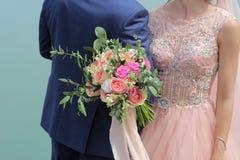 Sposa che tiene un bello mazzo nuziale Mazzo di nozze delle rose da David Austin, acqua della rosa di rosa della unico testa, euc immagine stock libera da diritti