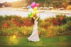 Sposa con gli aerostati Fotografia Stock Libera da Diritti