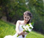 Sposa con i fiori dei callas fotografie stock