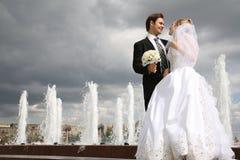 Sposa con il fidanzato fotografie stock libere da diritti