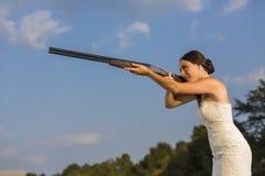 Sposa con il fucile da caccia Fotografia Stock