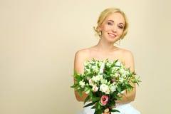 Sposa con il mazzo dei alstroemerias Fotografia Stock Libera da Diritti