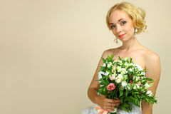 Sposa con il mazzo dei alstroemerias Fotografia Stock