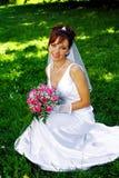 Sposa con il mazzo di fiori Immagine Stock
