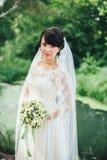 Sposa con il mazzo di nozze nel lago Immagini Stock Libere da Diritti