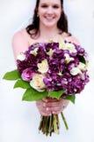 Sposa con il mazzo viola e bianco Fotografia Stock