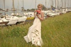 Sposa con il mazzo in yacht club Fotografia Stock
