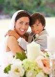 Sposa con il ragazzo della pagina in tenda foranea alla ricezione Immagine Stock Libera da Diritti