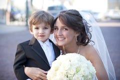 Sposa con l'elemento portante di anello Immagine Stock