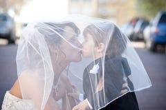 Sposa con l'elemento portante di anello Fotografia Stock Libera da Diritti