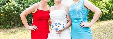 Sposa con la madre e la sorella immagine stock