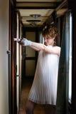 Sposa con la pistola in un vagone antico Fotografie Stock