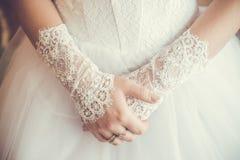 Sposa con le mani delicate Fotografia Stock