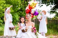 Sposa con le ragazze come le damigelle d'onore, i fiori e palloni Immagini Stock Libere da Diritti