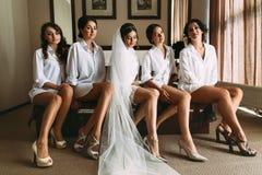 Sposa con le sue damigelle d'onore adorabili nelle camice Fotografie Stock Libere da Diritti