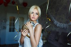 Sposa con meerkat immagine stock