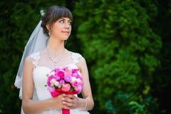 Sposa con un mazzo delle rose nel parco Fotografia Stock