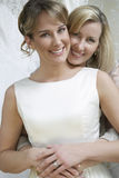 Sposa d'abbraccio della madre felice fotografia stock libera da diritti