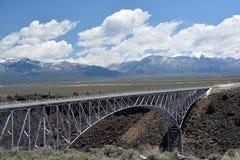 Sposa d'acciaio dell'arco che misura attraverso Rio Grande Gorge Fotografie Stock Libere da Diritti