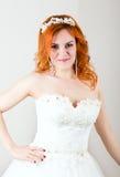 Sposa dai capelli rossi in un vestito da sposa, aspetto insolito luminoso Bella acconciatura di nozze e trucco luminoso immagini stock