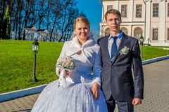 Sposa del ANG dello sposo sulla passeggiata Fotografie Stock