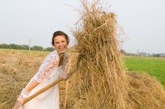 Sposa del paese sul mucchio di fieno Fotografia Stock Libera da Diritti