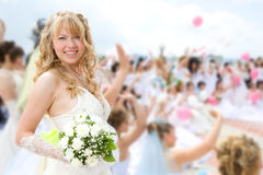 Sposa della guida con i gruppi di sposa Immagine Stock