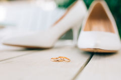 Sposa delle scarpe di nozze e delle fedi nuziali Fotografia Stock Libera da Diritti
