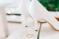 Sposa delle scarpe di nozze e delle fedi nuziali Immagini Stock