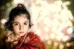 Sposa di bambino della ragazza in saree rosso Fotografie Stock