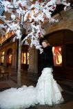 Sposa di bellezza vicino all'albero artificiale in grande negozio Fotografie Stock