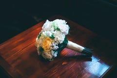 Sposa di bianco di matrimonio del mazzo delle fedi nuziali fotografia stock libera da diritti