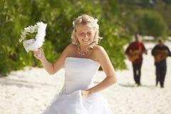 Sposa di Gorgerous che cammina alla cerimonia di nozze sulla spiaggia con la BO Fotografia Stock Libera da Diritti