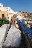 Sposa di instabilità in un vestito da sposa in Santorini in Grecia Immagini Stock Libere da Diritti