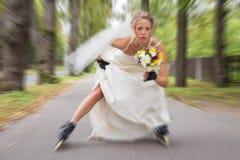 Sposa di instabilità sui pattini di rullo Immagini Stock